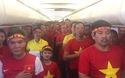 CĐV Việt Nam hát quốc ca trên chuyến bay sang Malaysia