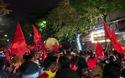 CĐV Việt Nam ăn mừng chiến thắng trên đường phố ở Hà Nội