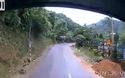 Vượt ẩu ở đường cua, người đi xe máy suýt lao vào gầm xe tải
