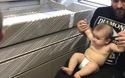 Bác sĩ chơi đùa và đánh lạc hướng và tiêm mà em bé không hề hay biết