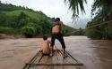 Cảnh chèo bè đu dây qua dòng nước lũ rất nguy hiểm tại Điện Biên