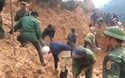 Con đường được người dân và các lực lượng nỗ lực khôi phục sau khi bị lũ tàn phá
