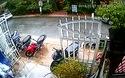 Mở cửa xe thiếu quan sát, nữ tài xế gây tai nạn cho người đi xe máy