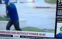 """Chết cười video phóng viên bị lật mặt đang """"diễn sâu"""" khi đưa tin về bão"""
