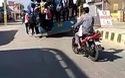 Giật mình hình ảnh hàng chục sinh viên liều mạng bám bên ngoài xe buýt để đến trường vì sợ muộn thi