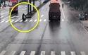 Người đàn ông đi xe máy thoát chết may mắn đến mức khó tin