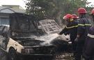 Sau tiếng nổ, 2 ô tô phát hoả cháy rụi