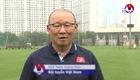 Thầy Park cùng trợ lý hướng dẫn online các cầu thủ tập thể lực tại nhà