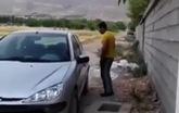 Quên khóa xe, tài xế mở cửa bằng cách hết sức bất ngờ và hài hước
