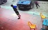 Chủ xe Hyundai Santa Fe xuống xe nhặt ví tiền của người đàn ông đánh rơi