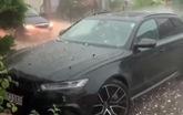 Chủ xe bất lực nhìn mưa đá huỷ hoại chiếc Audi RS6