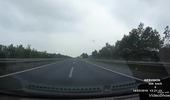 Băng ngang trên đường cao tốc, phụ xe khách xém mất mạng