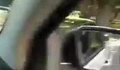 Chiếc Chevrolet Blazer chậm rãi bò trên đường với bánh trước được thay thế bởi tay đòn.