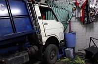 Xe container húc xe rác lao vào nhà dân, 2 người bị thương