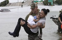 Ảnh lính Mỹ bế mẹ con gốc Việt thành biểu tượng trong bão Harvey