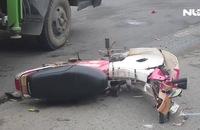 Chạy xe máy ngược chiều, 2 thanh niên tông ô tô, nguy kịch