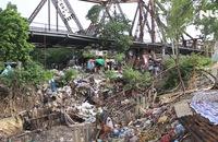 """Rùng mình vào """"xóm rác"""" dưới chân cầu Long Biên"""
