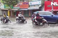 CSGT lội nước điều tiết giao thông