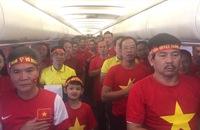 """CĐV Việt Nam """"đổ bộ"""" xuống sân bay Kuala Lumpur"""