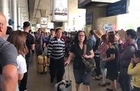 Sân bay Tân Sơn Nhất đông nghẹt người đón Việt kiều về quê ăn Tết
