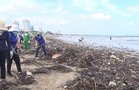 Cả trăm tấn rác dạt vào biển Vũng Tàu