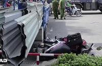 Xe ba gác chở tôn đâm xe máy, 2 người bị thương