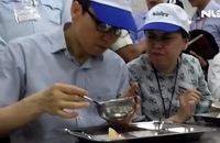 Phó Thủ tướng Vũ Đức Đam ăn cơm công nhân 15.000 đồng/suất