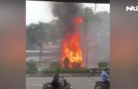 Kinh hoàng, ô tô bốc cháy ngùn ngụt trên đường Trường Chinh