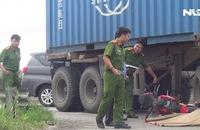 Nâng container đưa thi thể nam thanh niên ra ngoài