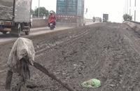 Bùn đất đổ tràn trên cầu Chợ Đệm, hàng chục người té ngã