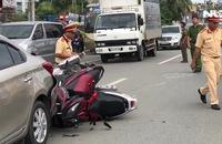 Phóng nhanh trong làn đường cấm, 2 xe máy tông thẳng đuôi ô tô