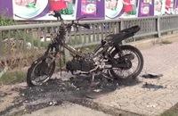 Người đàn ông nghi ngáo đá bất ngờ đốt xe