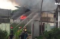 Cháy lớn xưởng vải vụn trong khu dân cư, khói đen ngùn ngụt