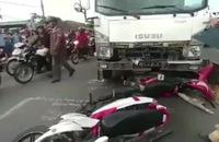 Xe tải đổ dốc cầu tông hàng loạt xe máy, 2 người chết