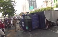 Xe tải lật chắn ngang, đại lộ Võ Văn Kiệt ùn tắc nhiều giờ