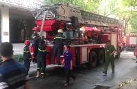 Tầng thượng khách sạn giữa trung tâm Sài Gòn bốc cháy dữ dội