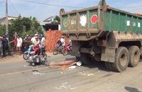 Tông 3 cô cháu ngã xuống đường, tài xế xe tải lùi xe cán chết bé gái