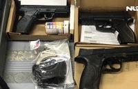 Tạm giữ hành khách mang 3 khẩu súng, còng từ Mỹ về TP HCM