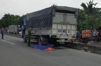 Lao vào đuôi xe tải, xe máy bay vào dải phân cách, 2 người thương vong