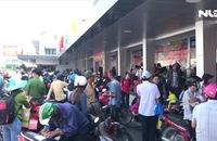 Khách đông nghẹt, xếp hàng chờ mua vé ở Bến xe Miền Tây