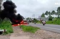 Xe khách bốc cháy dữ dội trên QL 20 khiến 3 bà cháu thương vong