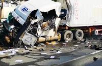 Clip: Xe đầu kéo va chạm xe bồn, 2 tài xế nhập viện cấp cứu