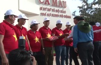 Bàn giao 2.000 lá cờ Tổ quốc cho ngư dân Cà Mau