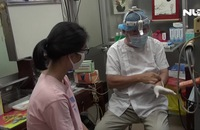 """""""Hô biến"""" đèn đội đầu khám bệnh thành mũ bảo hộ phòng dịch"""