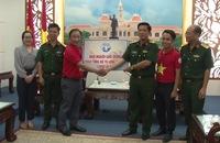 Báo Người Lao Động trao 2.000 lá cờ Tổ quốc tặng ngư dân Cần Giờ