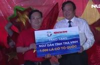Ngư dân Trà Vinh vui mừng đón nhận 1.000 lá cờ Tổ quốc