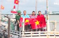 Báo Người Lao Động trao 2.000 lá cờ Tổ quốc cho ngư dân Thanh Hóa