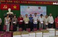 Tặng quà cho công nhân lao động gặp khó khăn tại huyện Cần Giờ