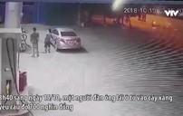 Hà Nội: Người đàn ông bịt kín biển số xe vào đổ xăng rồi bỏ chạy trước sự ngỡ ngàng của nhân viên