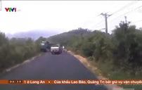 Xe bán tải vượt ẩu suýt gây tai nạn